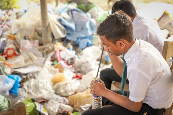 Thu học phí bằng chai nhựa, túi nilông, ngôi trường làm đổi thay cả thị trấn - Ảnh 7.