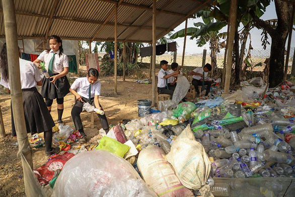Thu học phí bằng chai nhựa, túi nilông, ngôi trường làm đổi thay cả thị trấn - Ảnh 8.