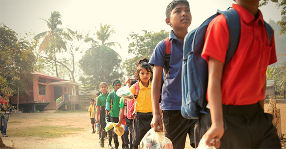 Thu học phí bằng chai nhựa, túi nilông, ngôi trường làm đổi thay cả thị trấn - Ảnh 1.