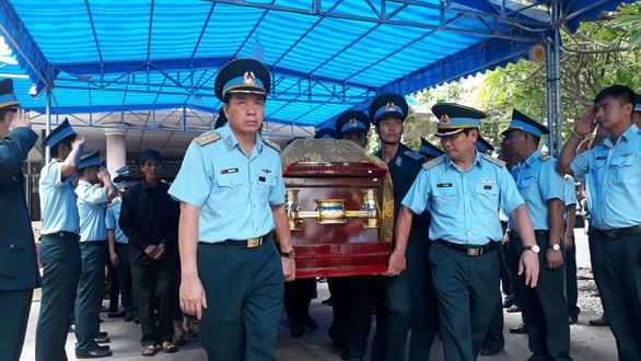 Xúc động lễ truy điệu hai phi công tử nạn vụ máy bay quân sự rơi - Ảnh 8.