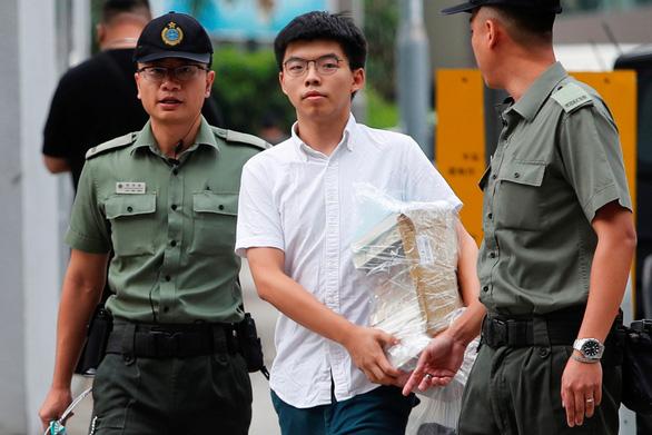 Nhà hoạt động sinh viên Hong Kong Hoàng Chi Phong ra tù - Ảnh 1.