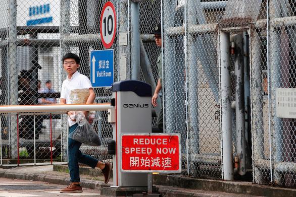 Nhà hoạt động sinh viên Hong Kong Hoàng Chi Phong ra tù - Ảnh 2.