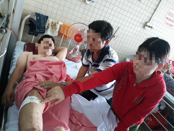 Bệnh nhân gãy đốt sống ngực, bệnh viện khoan nhầm cẳng chân - Ảnh 1.