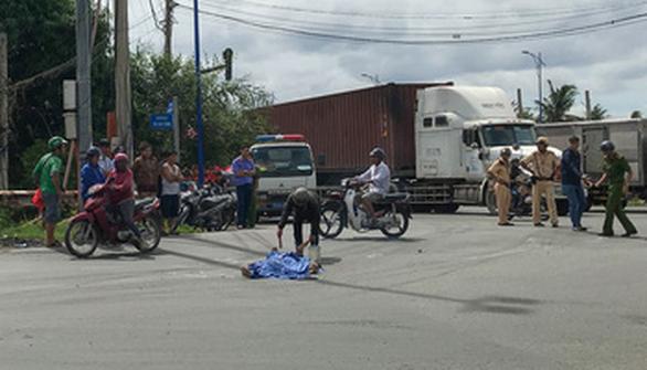 Va chạm với xe container ở vòng xoay Mỹ Thủy, một phụ nữ tử vong - Ảnh 1.