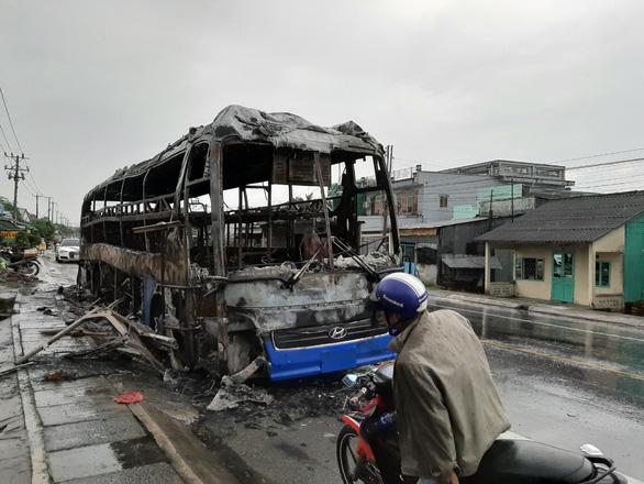 Xe khách cháy rụi trong đêm, hàng chục người may mắn thoát nạn - Ảnh 1.