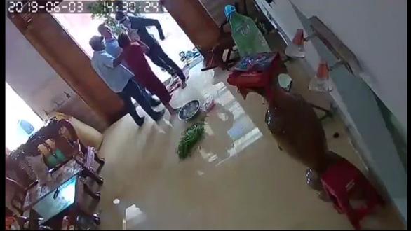 Khởi tố nhóm người xông vào nhà, đánh phụ nữ chấn thương sọ não - Ảnh 1.