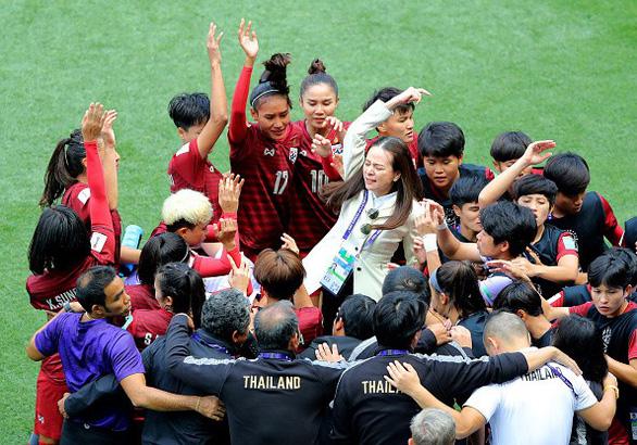 Video trưởng đoàn tuyển nữ Thái Lan bật khóc khi đội nhà ghi bàn  - Ảnh 2.