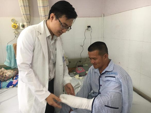 'Hiệp sĩ' Nguyễn Tăng Tiên bị chém đứt gân ngón tay - Ảnh 1.