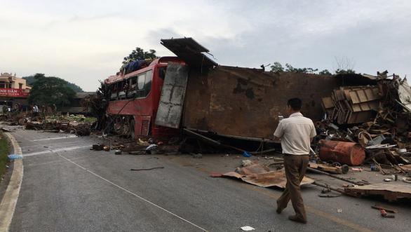 Xe khách nát bét sau va chạm với xe tải, 3 người chết, gần 40 người bị thương - Ảnh 2.