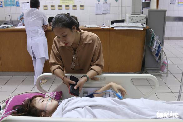 Vụ tai nạn tại Hòa Bình: Xúc động câu chuyện người đàn ông lạ chăm nạn nhân - Ảnh 1.