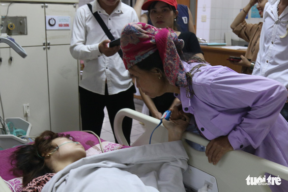 Vụ tai nạn tại Hòa Bình: Xúc động câu chuyện người đàn ông lạ chăm nạn nhân - Ảnh 2.