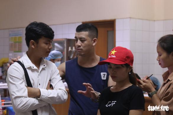 Vụ tai nạn tại Hòa Bình: Xúc động câu chuyện người đàn ông lạ chăm nạn nhân - Ảnh 3.