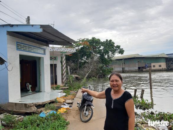 Ba căn nhà bị sạt lở, rơi xuống sông trong đêm - Ảnh 3.