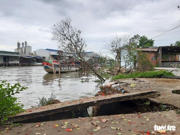 Ba căn nhà bị sạt lở, rơi xuống sông trong đêm - Ảnh 4.