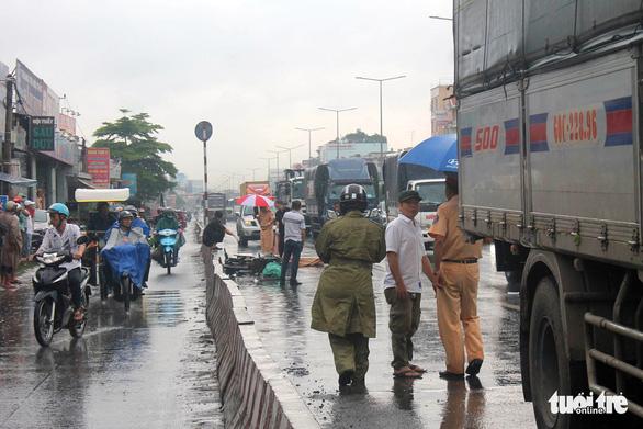 Va chạm với xe tải trong làn ôtô, 2 thanh niên bị cán tử vong - Ảnh 1.