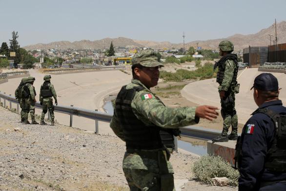Mexico bắt đầu tuần tra biên giới, bắt gần 800 người di cư không giấy tờ - Ảnh 1.