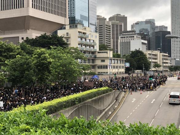 Người biểu tình Hong Kong muốn đối thoại trực tiếp với trưởng đặc khu - Ảnh 1.