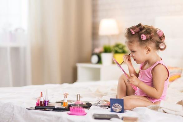 4.300 trẻ em Mỹ nhập viện mỗi năm vì mỹ phẩm - Ảnh 1.