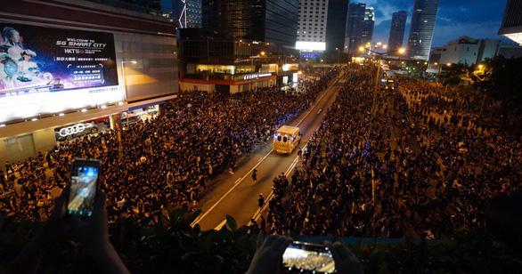 Biển người biểu tình Hong Kong nhường lối cho xe cứu thương - Ảnh 1.