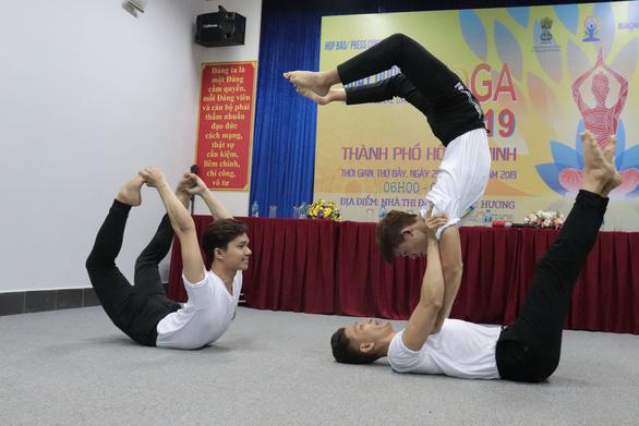 Khi đàn ông cũng tìm đến yoga... - Ảnh 1.