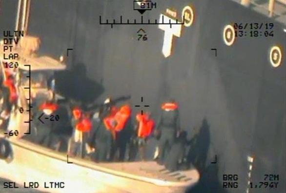 Mỹ tung bằng chứng lính Iran tháo mìn trên tàu để xóa dấu vết - Ảnh 1.