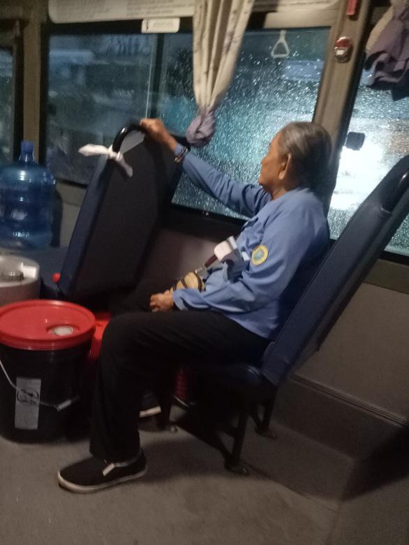 Cụ bà tiếp viên trên xe buýt số 14: Hay tui cho chị mượn 1 triệu? - Ảnh 1.
