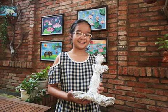 Họa sĩ 13 tuổi triển lãm tranh gây quỹ cho các bạn kém may mắn - Ảnh 2.