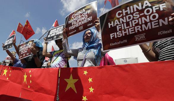 Dân Philippines đốt cờ Trung Quốc sau phát ngôn của ông Duterte - Ảnh 1.