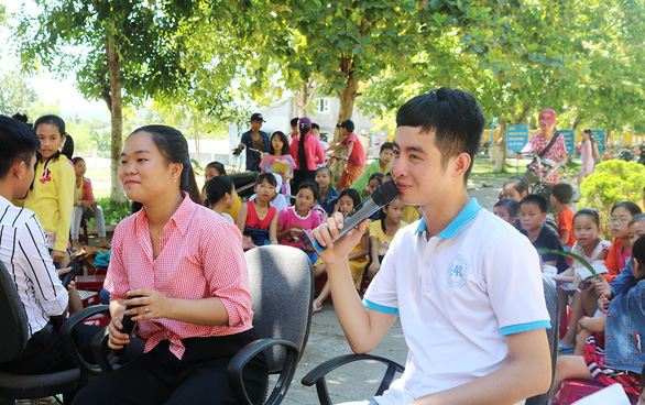 Du học sinh mang tiếng Anh về dạy cho trẻ nghèo - Ảnh 1.