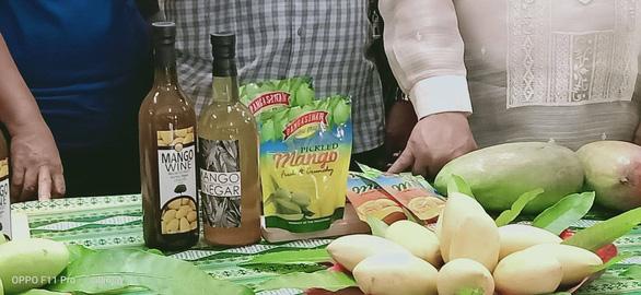 Nông dân Philippines trúng mùa xoài, bán rẻ như cho - Ảnh 3.