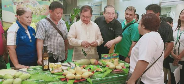 Nông dân Philippines trúng mùa xoài, bán rẻ như cho - Ảnh 1.