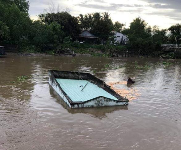 Ba căn nhà bị sạt lở, rơi xuống sông trong đêm - Ảnh 1.