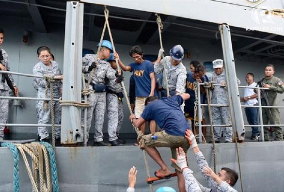 Gay cấn nhiều giờ cứu 22 ngư dân Philipines qua lời kể thuyền trưởng Việt Nam - Ảnh 1.