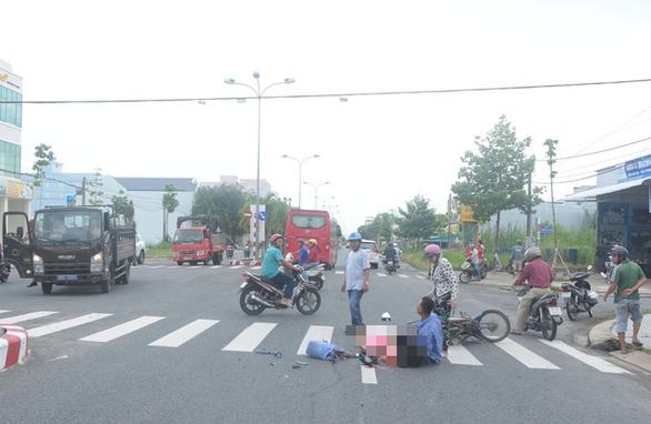 Xe khách tông xe máy, người chồng bị thương ôm thi thể vợ khóc thảm - Ảnh 1.