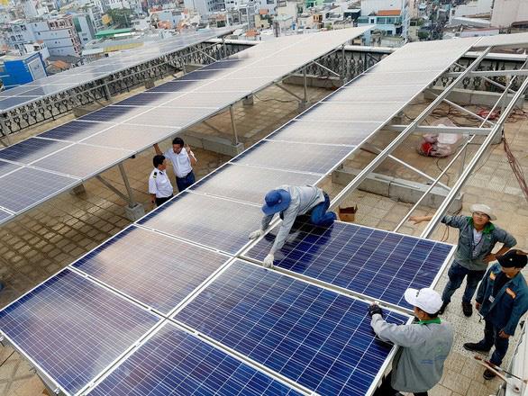 Ngân hàng đua cho vay tiền lắp điện năng lượng mặt trời - Ảnh 1.