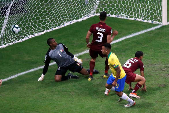 VAR cản chủ nhà Brazil giành chiếc vé đầu tiên vào tứ kết - Ảnh 2.