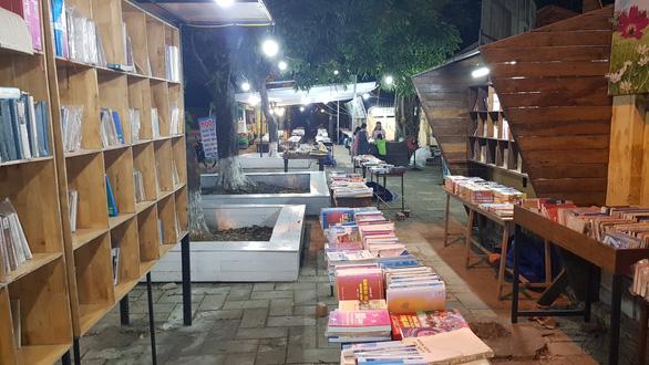 Đóng cửa đường sách duy nhất ở Huế vì bán sách giả và sách lậu? - Ảnh 3.