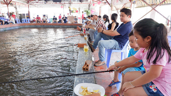 Ngày hè, cả nhà đi câu, ngắm sông Sài Gòn bằng buýt - Ảnh 1.