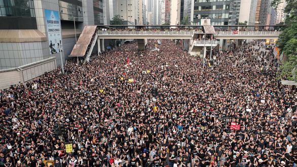Sau biểu tình, người dân Hong Kong ở lại dọn rác đến 2 giờ sáng - Ảnh 1.