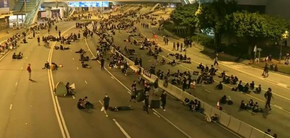 Sau biểu tình, người dân Hong Kong ở lại dọn rác đến 2 giờ sáng - Ảnh 2.