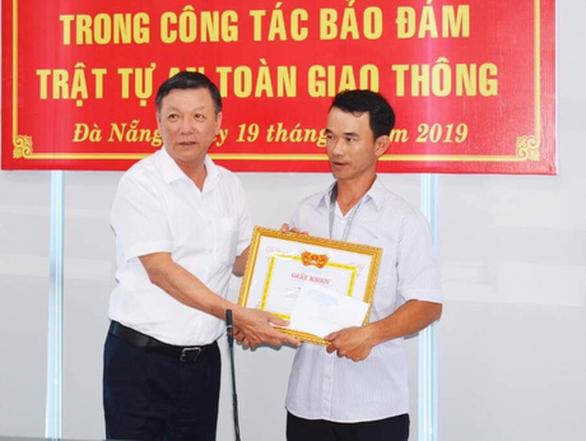 Khen thưởng anh thợ Quảng Nam đục mảng bêtông  trên đường - Ảnh 1.