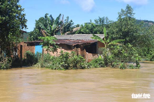Sau mưa lớn, ngoại ô TP Bảo Lộc chìm trong biển nước - Ảnh 3.