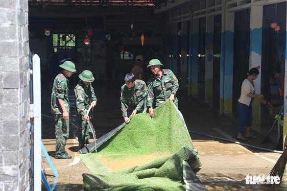 Sau mưa lớn, ngoại ô TP Bảo Lộc chìm trong biển nước - Ảnh 1.