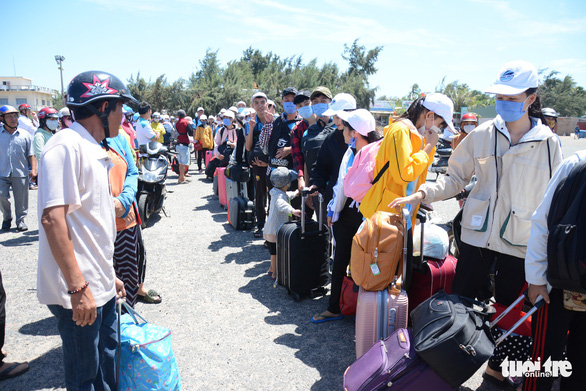 Hơn 200 thí sinh đảo Phú Quý vào Phan Thiết dự thi THPT quốc gia - Ảnh 1.