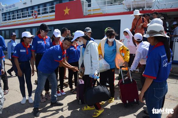 Hơn 200 thí sinh đảo Phú Quý vào Phan Thiết dự thi THPT quốc gia - Ảnh 3.
