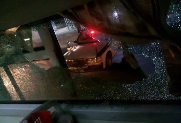 Xe khách chạy qua Thanh Hóa bị ném gạch đá trong đêm - Ảnh 1.