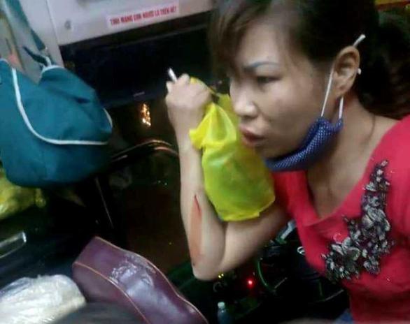 Xe khách chạy qua Thanh Hóa bị ném gạch đá trong đêm - Ảnh 2.