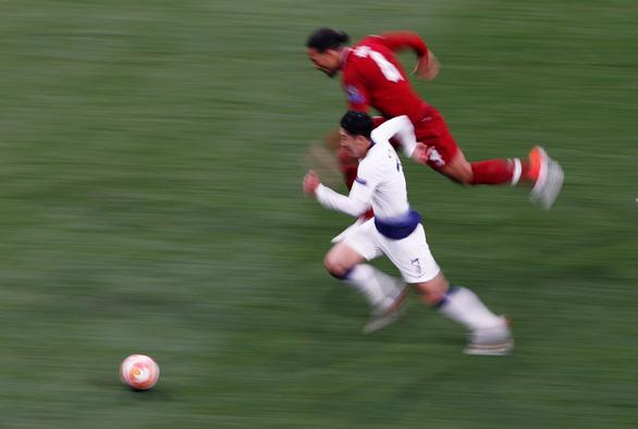 Son Heung Min bứt tốc thần sầu nhưng Van Dijk đã... phá thành công - Ảnh 1.