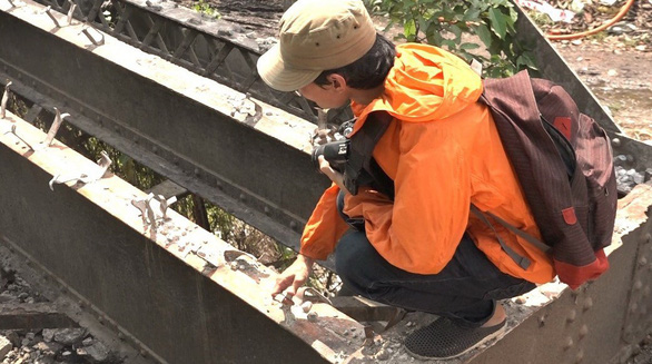 Đường ray hơn 100 năm dỡ từ cầu sắt Phú Long bị bán phế liệu - Ảnh 1.