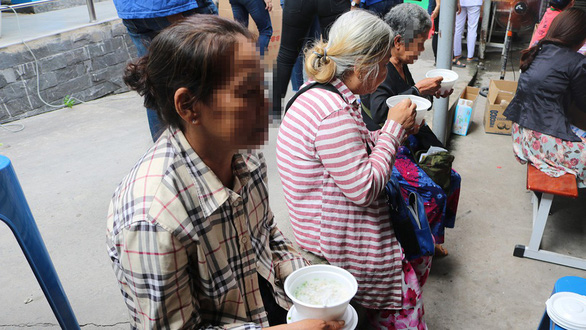 Bệnh nhân nghèo vui mừng rưng rưng tại phiên chợ 0 đồng - Ảnh 1.